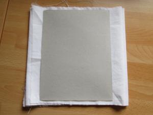 Pappe auf Stück Stoff legen