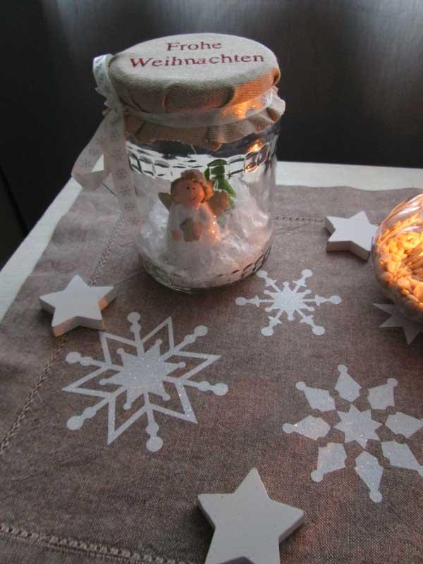 Schön dekoriert mit einem Tischläufer der mit Schneeflocken aus HappyGlitter in weiß bedruckt wurde.