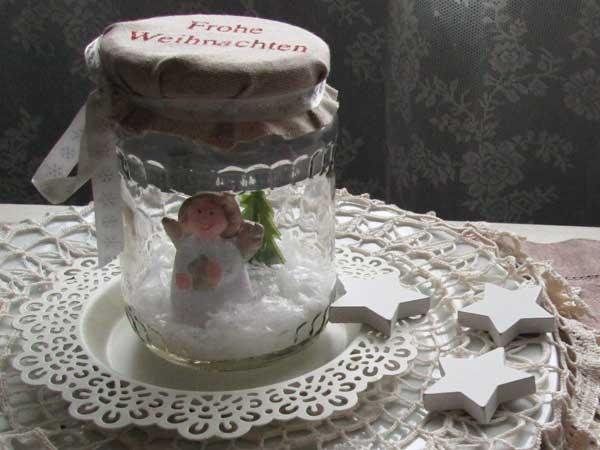Weihnachtsengel im Glas mit Schnee